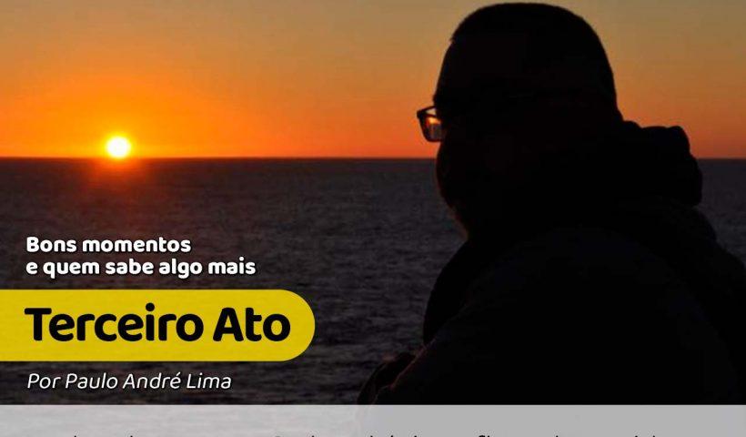 Foto com o colunista Paulo André Lima contemplando o horizonte e o pôr do sol, refletindo sobre a terceiro ato. #paracegover