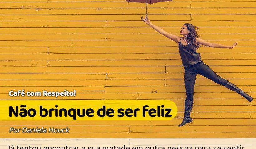 uma mulher feliz e pulando com guarda-chuva na mão. Ela encontrou sua outra metade em si. #pracegover